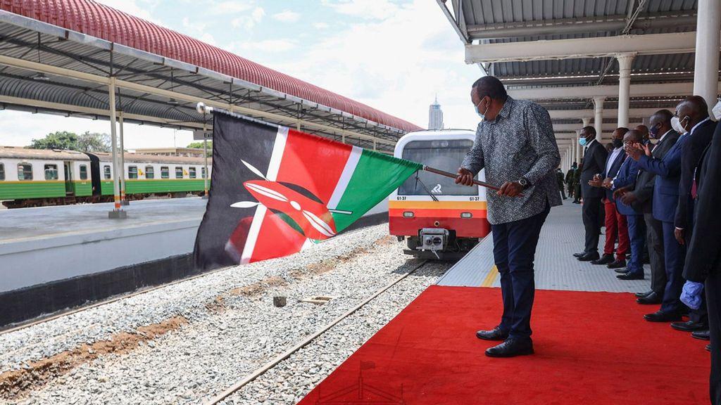 President Kenyatta flags off the Diesel Multiple Units (DMU) shortly after unveiling the refurbished Nairobi Central Railway Station. (State House Kenya, @StateHouseKenya/Twitter)